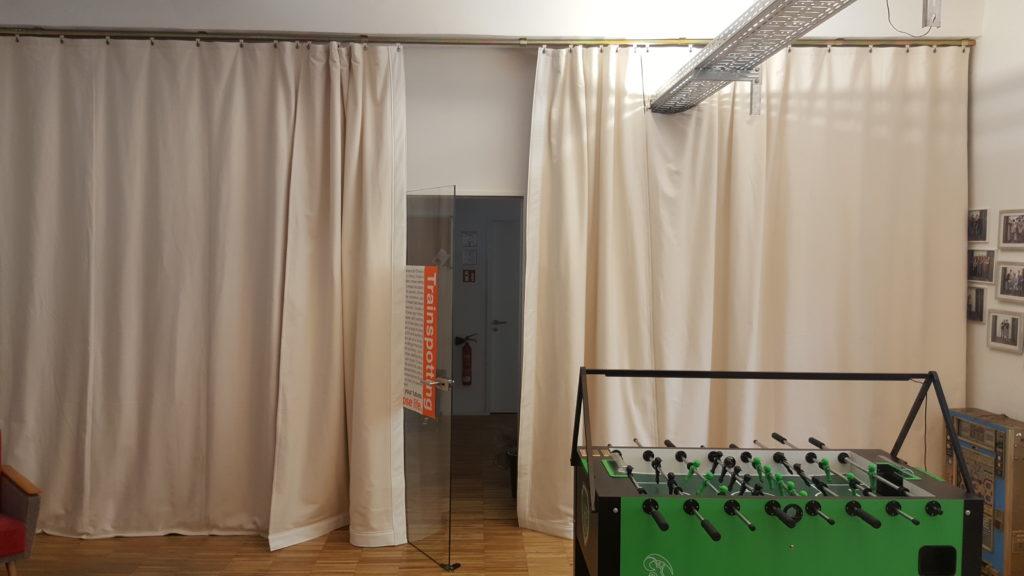 An der Vorhangöffnung (Eingang) haben wir die Seiten und Unterkanten mit weißem Kunstleder gesäumt, um Verschmutzungen zu minimieren.